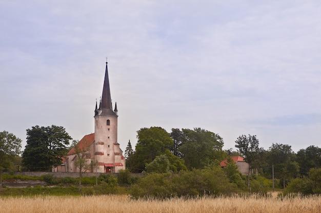 높은 석회암 절벽에 위치한 에스토니아의 harju-madise 교회. 15세기부터 석조 건축. 교회 탑은 등대로도 사용되었습니다.