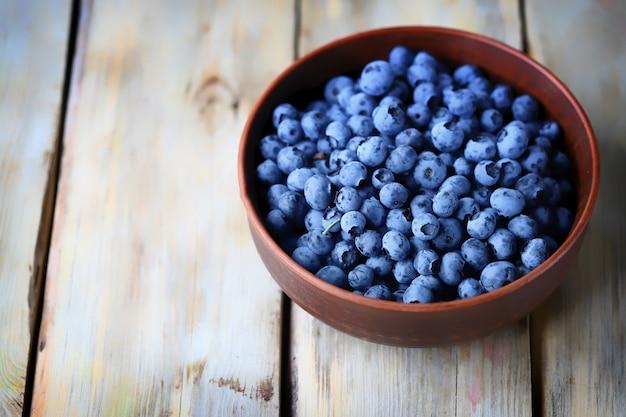 ボウルにブルーベリーを収穫する