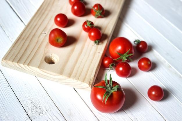 신선한 토마토를 수확하십시오