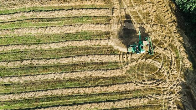 フィールド航空写真で動作する収穫機