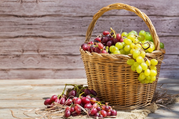 Урожай свежих органических вин винограда в корзине осенью
