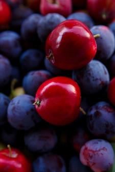 熟したプラムとリンゴの収穫