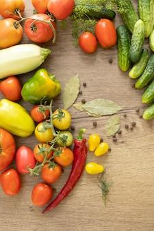 Сбор овощей на стол, помидоры, огурцы, перец.
