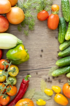 テーブルの上の野菜、トマト、きゅうり、ピーマンの収穫。
