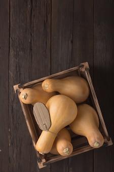 箱の中の木製のテーブルにカボチャを収穫する、上面図