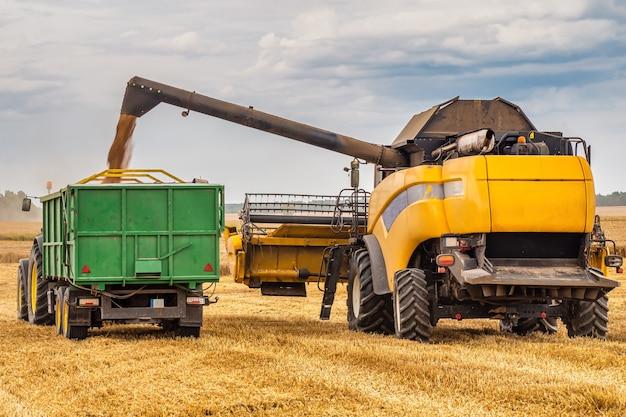 Комбайн и трактор на пшеничном поле