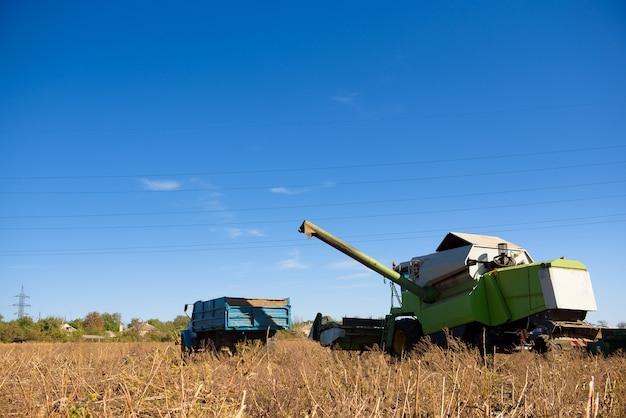 秋の収穫のための畑の収穫機。
