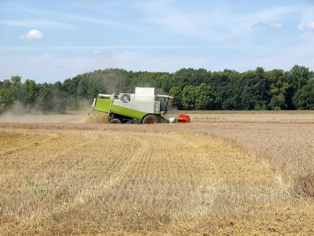 大麦畑の収穫機