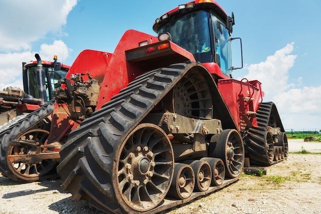 工場の収穫機とコンバインパーツが販売を待っています