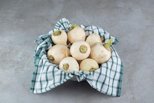 신선한 흰색 순무 야채를 수확합니다. 고품질 사진