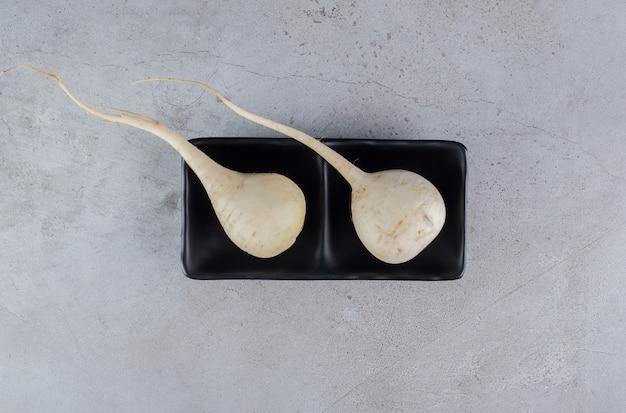 회색 배경에 신선한 흰색 순무 야채를 수확합니다. 고품질 사진