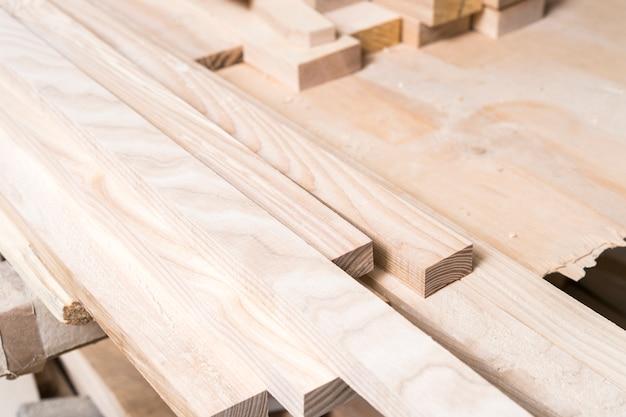 テーブルの上の木材の収穫