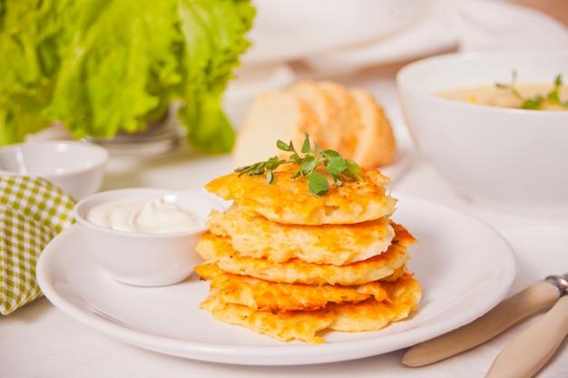 하얀 접시에 해시 브라운 감자 팬케이크 draniki. 아침밥.