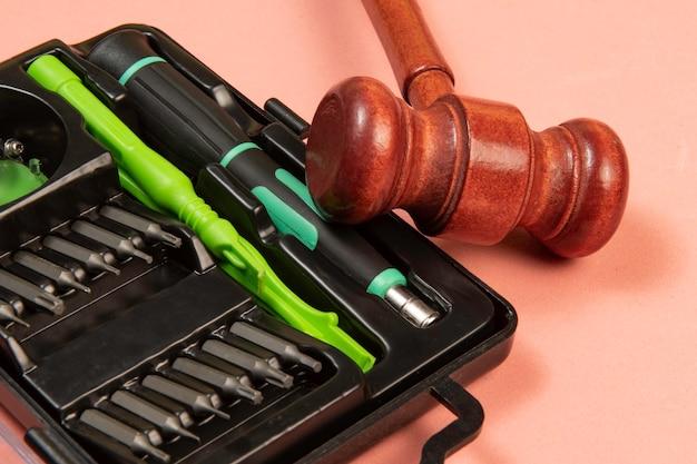 インターネット犯罪を象徴するハッシュタグと正義のハンマー