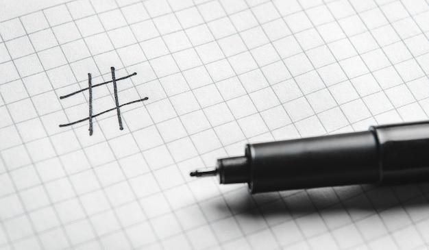 ハッシュタグは黒でマーカーで書かれています。オンライン技術の概念、マーケティング、ソーシャルメディアマーケティング。