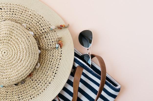 ビーチに行くために帽子やハンドバッグ