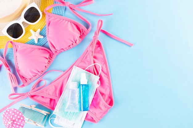 Шапка, бикини, солнцезащитные очки, медицинская маска и дезинфицирующее средство для рук. лето, отпуск