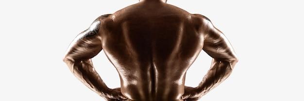 サイトの帽子、男性のボディービルダーの裸の胴体は白で隔離された筋肉組織を示しています