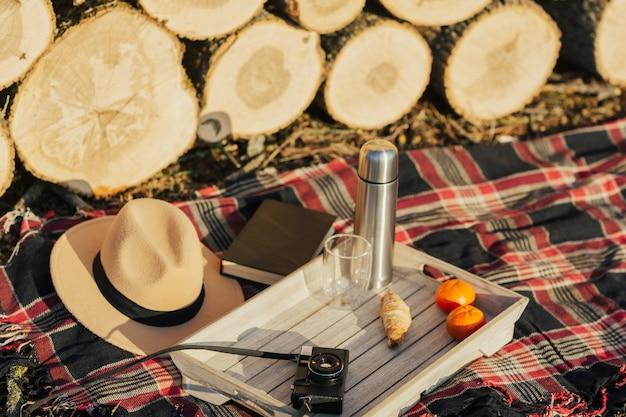 毛布に帽子オレンジレトロカメラと魔法瓶