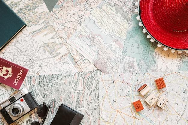 Шляпа с камерой и паспортом на карте