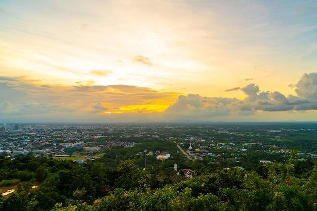 태국 송클라에서 황혼의 하늘이 있는 핫야이 시티 스카이라인