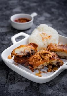 ハジャイフライドチキンは、「ハジャイ」という国の地元のタイ南部料理です。彼らの特徴は、フライドチキンにフライドエシャロットをトッピングすることです。