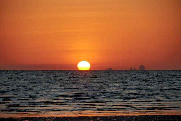 Взгляд захода солнца с солнцем омеги на hat yao, краби, таиланде