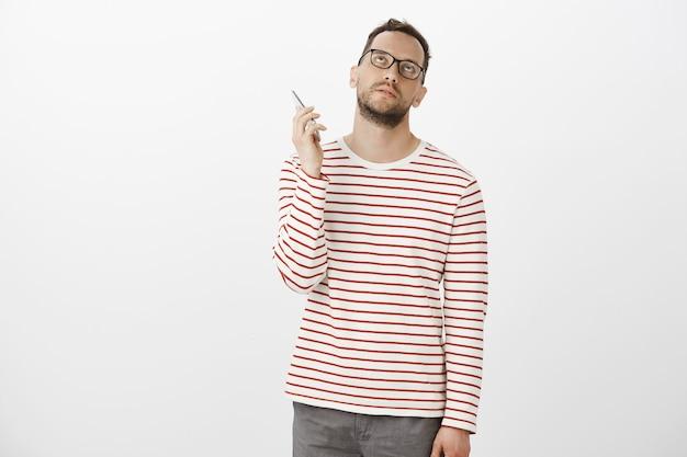電話にぶら下がって嫌い。メガネで悩むイライラ魅力的なヨーロッパ人