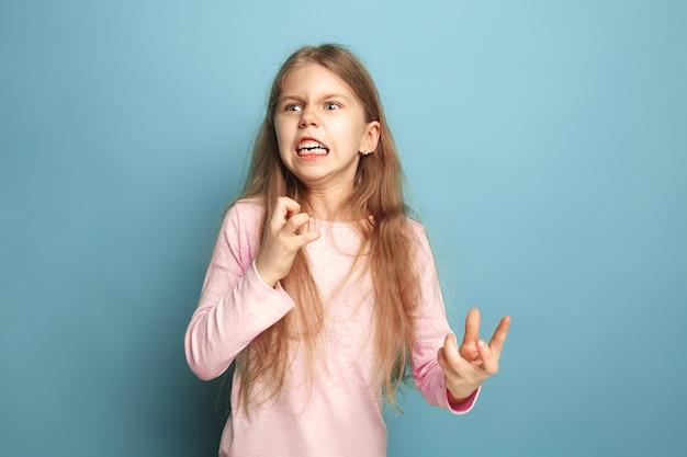 Ненависть, ярость. кричала удивленная девочка-подросток на синем. выражения лица и концепция эмоций людей