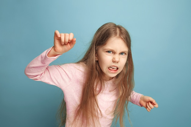 L'odio. ragazza teenager su un blu. le espressioni facciali e le emozioni delle persone concetto