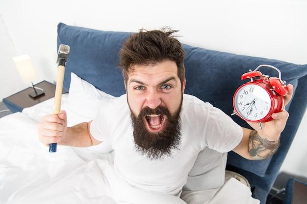 혐오스러운 일정. 아침을 싫어하는 사람들을 위한 최고의 알람 시계. 남자 화가 힙스터 싫어 일찍 일어나. 파괴적인 에너지. 하루 중 가장 힘든 순간. 알람 소리가 싫은 것은 지극히 정상입니다.