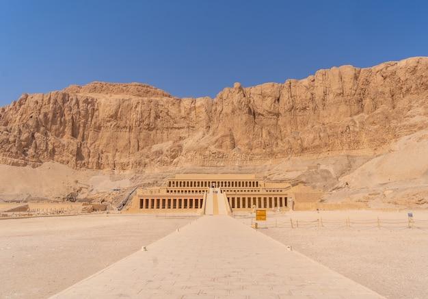 観光からエジプトに戻る人のいないルクソールのハトシェプスト葬祭殿