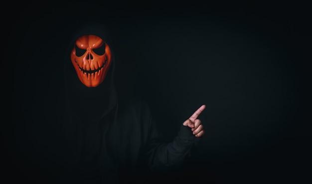 광고 콘텐츠의 빈 공간을 가리키는 무서운 코스프레 마스크의 유령 남자