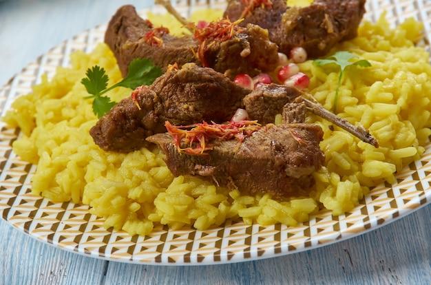 Хаваскар ковурмаси, баранина с шафраном, азербайджанская кухня, традиционные блюда-ассорти, вид сверху. блюдо горских евреев.