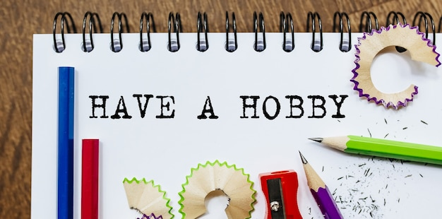 사무실에서 연필로 종이에 취미 텍스트를 작성하십시오