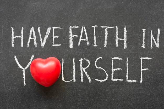 Верьте в себя фразу, написанную от руки на доске с символом сердца вместо o