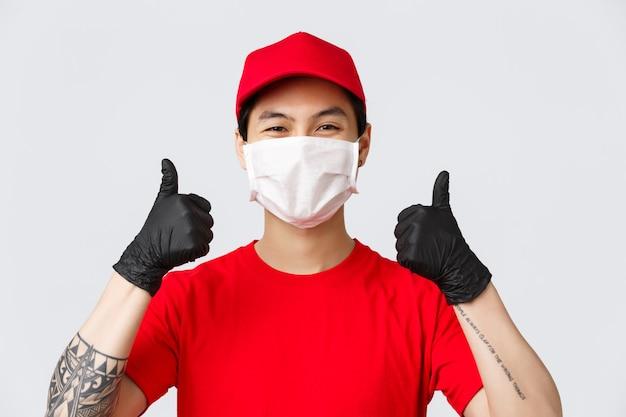 좋은 하루 되세요 고객님. 코비드-19 확산을 방지하고 안전한 쇼핑이나 주문 배달을 제공하기 위해 의료 마스크와 장갑을 사용하는 쾌활한 아시아 배달원. 택배 추천 패키지 배송