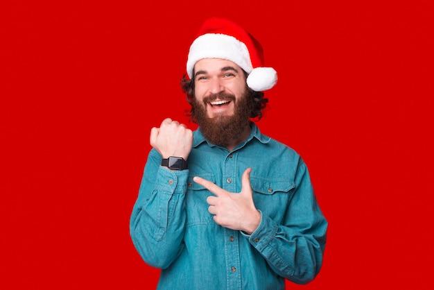 まだ時計を見たことがありません。それはすごい、それを指差してカメラに微笑んでいる男性は言います。
