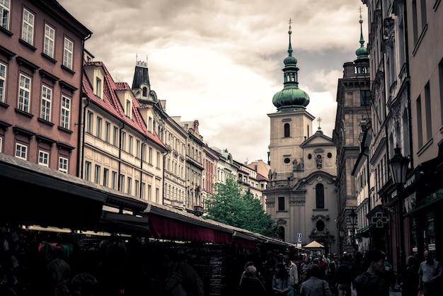 背景にハヴェルスカストリートマーケットと聖ハヴェル教会。プラハ、チェコ共和国。 2017年5月25日