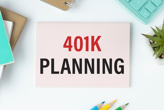 401k 계획, 황금 돼지 저금통, 카드 및 텍스트 401k가있는 나무 배경에 커피