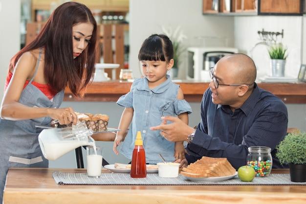 가족과 함께 아침 식사