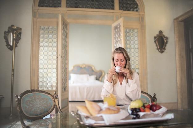 ホテルの部屋で豪華な朝食をとる