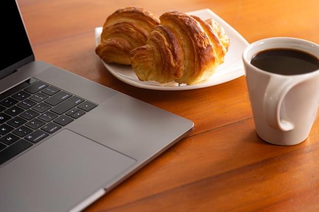 素敵なコーヒーを飲みながら、オンライン会議を待っている間、自宅で朝食をとる
