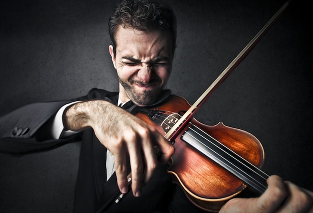 Having difficulties by playing on the violin