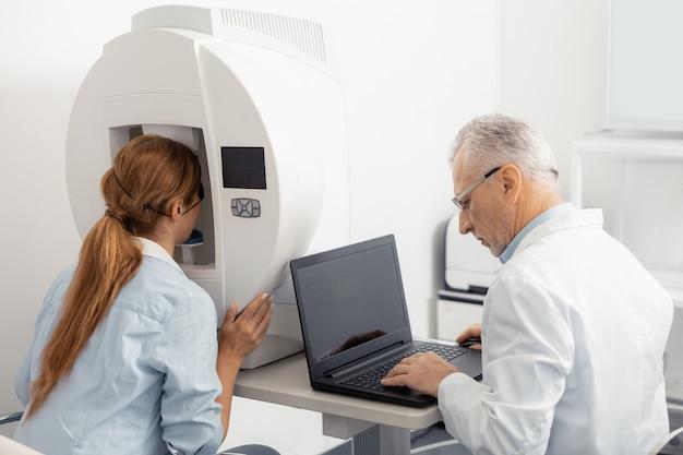 Консультация офтальмолога. рыжая женщина чувствует возбуждение во время консультации по зрению