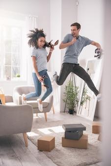 楽しんでください。一緒に楽しみながらジャンプ幸せな喜びのカップル