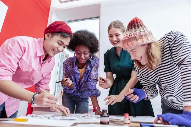 一緒に楽しんでください。一緒に仕事をしながら楽しんで笑っているファッション部門の労働者のチーム