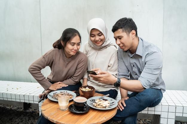Веселиться с друзьями в кафе