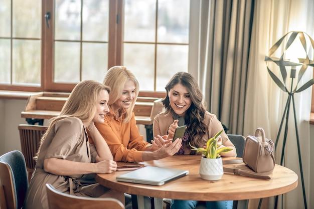 좋은 시간을 보내고 있습니다. 함께 시간을 보내고 흥분을 느끼는 여성 그룹