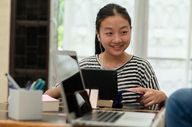 온라인 수업을 갖는 아시아 어린이들은 집에서 e- 러닝을 통해 스스로 공부합니다. 온라인 교육 및 자기 학습 및 홈 스쿨링 개념.